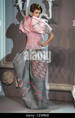 Paris Haute Couture DiSpring Sommer Modell Kim Noorda brünette Haare gewellt Kopfoberseite trägt rosa und grauen - Stockfoto