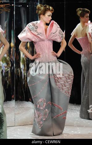Paris Haute Couture DiSpring Sommer Modell Kim Noorda brünette Haare gewellt Kopfoberseite und merken sich hinten - Stockfoto