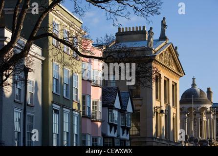 Zeigen Sie auf der hohen Straße, Queens College in Oxford an. - Stockfoto
