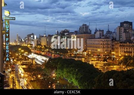 Avenida 9 de Julio in der Nacht, Buenos Aires, Argentinien - Stockfoto