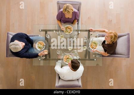 Kaukasische Freunde Essen zusammen - Stockfoto