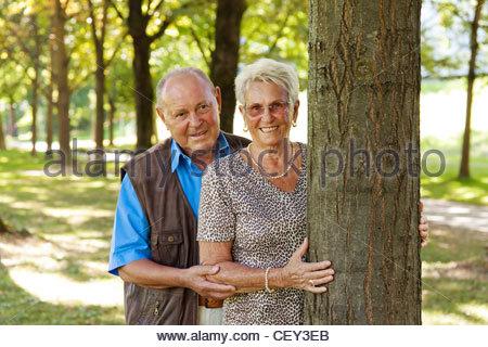 Reife älteres Paar in Liebe. Es gibt eine Rose. - Stockfoto