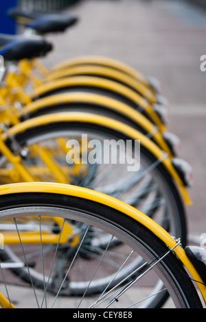Eine Reihe von gelben Fahrräder zu mieten in Turin, Italien, als Bestandteil der ToBike Bike-sharing-System. - Stockfoto