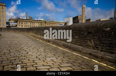 Dean Clough, Halifax, West Yorkshire. Einmal die größte Teppichfabrik der Welt jetzt ein Kunst-Ort und Büros. - Stockfoto
