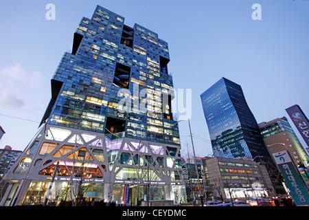 Moderne Architektur des Bürogebäudes Gebäude bei Sonnenuntergang mit Lichtern im Gangnam Bezirk von Seoul, Südkorea - Stockfoto