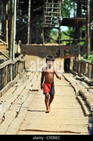 Ein Junge geht über eine Brücke in Kompong Khleang, Kambodscha - Stockfoto