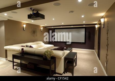 keller im luxus wohnhaus mit sofa und gas kamin stockfoto bild 43668687 alamy. Black Bedroom Furniture Sets. Home Design Ideas