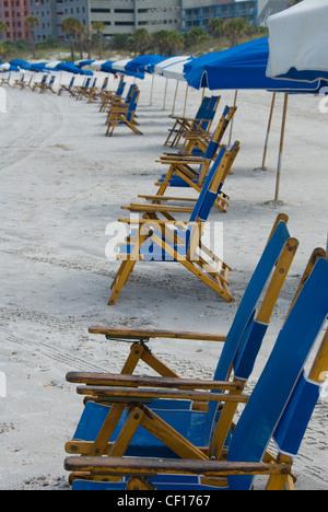 Liegen und Sonnenschirme am Clearwater Beach, Florida - Stockfoto