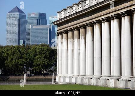 Das Old Royal Naval College in Greenwich mit den Wolkenkratzern von Canary Wharf im Hintergrund - Stockfoto