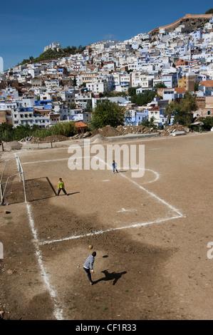 Kinder spielen Fußball außerhalb der blauen ummauerten Medina von Chefchaouen, Marokko - Stockfoto