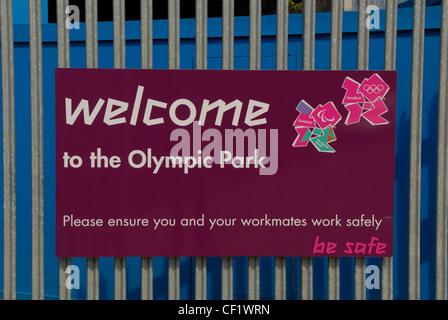 Eine Willkommen auf ein Tor am Eingang der Olympiapark-Baustelle mit den Logos für die Olympischen Spiele in London - Stockfoto