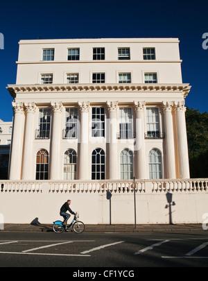 """Ein Mann mit Radfahren stuckierter ein 'Boris Bike""""vorbei an einem 19. Jahrhundert vom Architekten John Nash in - Stockfoto"""