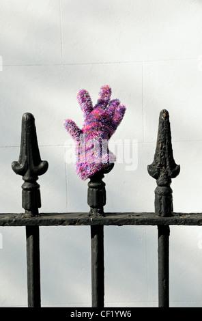 Lost And Found Handschuh auf Geländer - Stockfoto