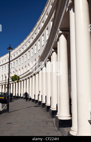 Stuckierte halbrunden Reihenhäuser vom Architekten John Nash im Park-Halbmond in der Nähe von Regents Park. - Stockfoto