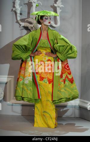 Paris Haute Couture DiSpring Sommer Modell Angela Lindvall brünette Haare gewickelt und merken sich tragen helle - Stockfoto