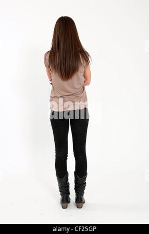 Zurück zur Kamera-Ansicht einer Frau überquerte stehen mit ihren Armen. - Stockfoto