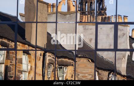 Traditionelle Bauten spiegelt sich in den Fenstern der modernen Architektur. - Stockfoto