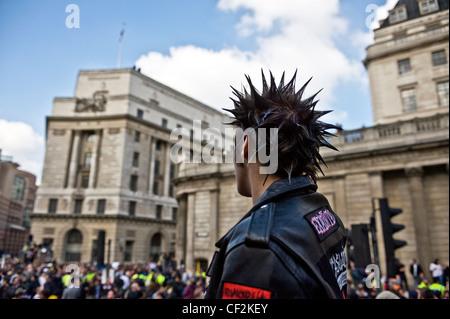 Ein Demonstrant mit einer Punk-Frisur und trägt eine Lederjacke bei der G20-Demonstration in der City of London. - Stockfoto