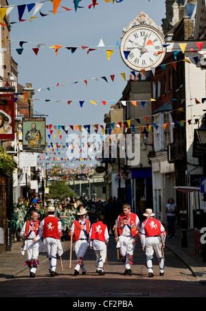 East Kent Morris Männer beim jährlichen fegt Festival in Rochester. - Stockfoto