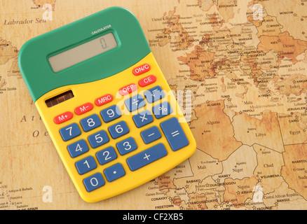 Taschenrechner mit Vintage aussehende Europakarte im studio - Stockfoto