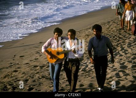 Mexikaner, Mexikaner, junger erwachsener Männer, Gitarre spielen, Gitarre, Wandern am Strand, Puerto Vallarta, Mexiko - Stockfoto