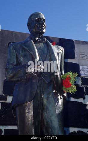 Carlos Gardel Statue auf seinem Grab im Friedhof La Chacarita. Buenos Aires. Argentinien. Süd-Amerika. - Stockfoto