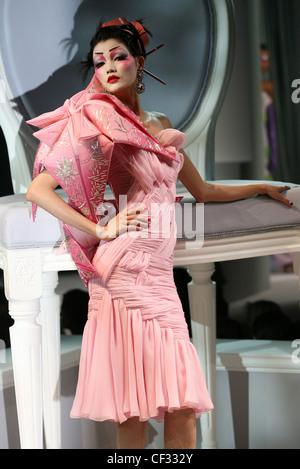 Paris Haute Couture DiSpring Sommer Modell Mo Wandan tragen orange Kunststoff-Streifen und Haarnadeln in schwarzen - Stockfoto