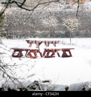 Winter Schnee Szene Picknicktisch und die Sitze im Haus Garten in das weiße Zeug Brentwood Essex England UK abgedeckt - Stockfoto