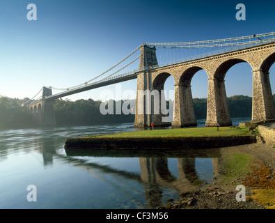 Nachschlagen von Anglesey Ufer der Menai Strait in Telford Hängebrücke, wurde für den Verkehr im Januar 1826 im - Stockfoto