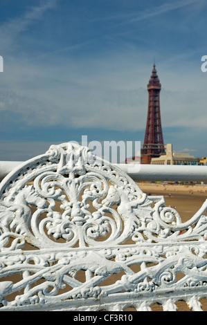 Reich verzierte Sitzplätze auf zentralen Pier mit Blackpool Tower im Hintergrund. - Stockfoto