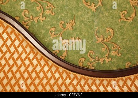 Fragment des Sofas gegen grüne Wand. Interieur im retro-Stil. Querformat. - Stockfoto