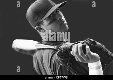 Junge hält einen Baseball Mitt und Bat und eine Kappe trägt; Troutdale Oregon Vereinigte Staaten von Amerika - Stockfoto