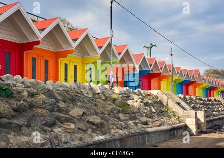 Traditionelle bunte Strand Chalets befindet sich auf der North Bay Promenade. - Stockfoto