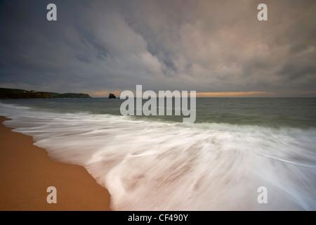 Brütende Gewitterwolken über Thurlestone Bucht an der Küste von Devon. - Stockfoto
