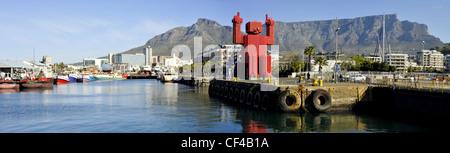 Tafelberg und Cape Grace Hotel von der Victoria und Alfred waterfront - Stockfoto