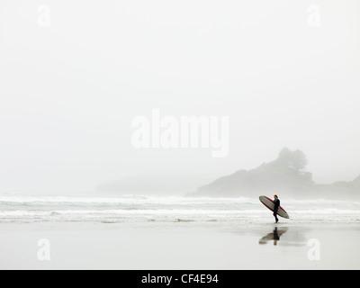 Surfer am Strand In Cox Bay; Tofino-British Columbia-Kanada - Stockfoto