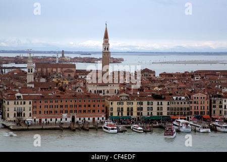 Blick über Venedig und Tronchetto - Lido di Venezia - aus dem Campanile - Glockenturm - San Giorgio Maggiore Venedig - Stockfoto