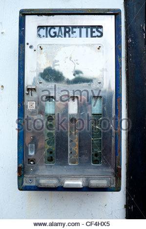 Eine alte Münz Zigarettenautomat noch in situ in Straße, Deal, Kent, Großbritannien. - Stockfoto
