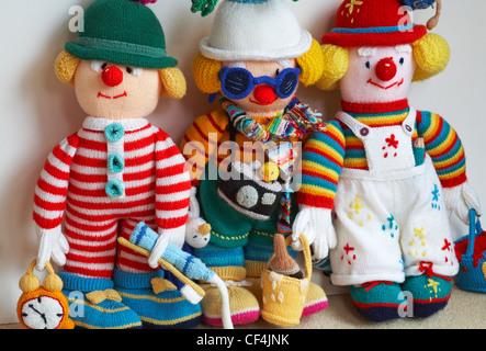 Drei gestrickte Puppen - Tourist, Dekorateur und wee Willie Winkie weißen Hintergrund - Stockfoto