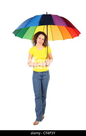 junge Schönheit Frau im gelben Hemd mit bunten Regenschirm stehen gekreuzten Beinen isoliert auf weiss - Stockfoto