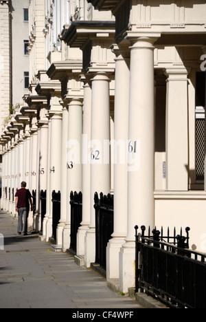 Nummerierte Steinsäulen außerhalb eleganten Häuser viktorianischen Reihenhaus in Eccleston Square. - Stockfoto