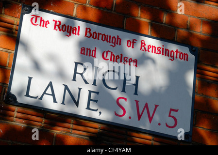 Grüne Schatten über Rich Bahn SW 5 Straße unterzeichnen in der Royal Borough of Kensington und Chelsea. - Stockfoto