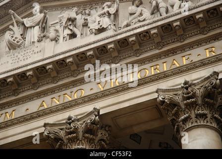 Blickte zu Architekturdetail an der Royal Exchange in London. - Stockfoto