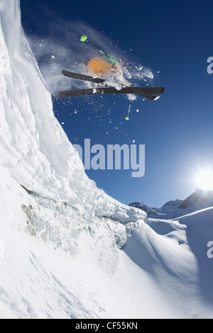 Österreich, Tirol, Pitztal, reifer Mann tun Freestyle Ski - Stockfoto