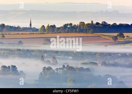 Blick über Glastonbury von Glastonbury Tor an einem nebligen Morgen kurz nach Sonnenaufgang. - Stockfoto