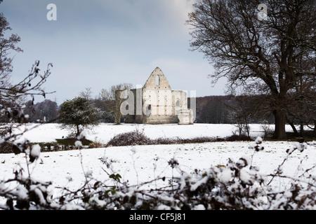 Schneelandschaft in Surrey mit Newark Priory Ruinen in der Nähe von Pyrford - Stockfoto