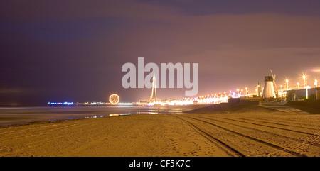 Blick über den Strand von Blackpool Pleasure Beach. Über 6,2 Millionen Reisende jetzt Großbritanniens Kurpark Thema - Stockfoto