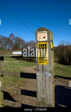 Ein Tor auf einen Wanderweg führt zu Farndale mit Warnschildern auf einem hölzernen Pfosten. - Stockfoto