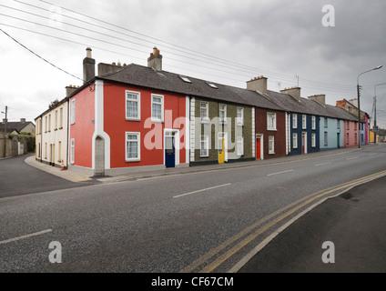 Eine Reihe von bunten Häusern in Kilkenny. - Stockfoto