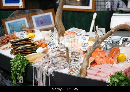 Eine detaillierte Ansicht der Fischtheke im Borough Market. - Stockfoto